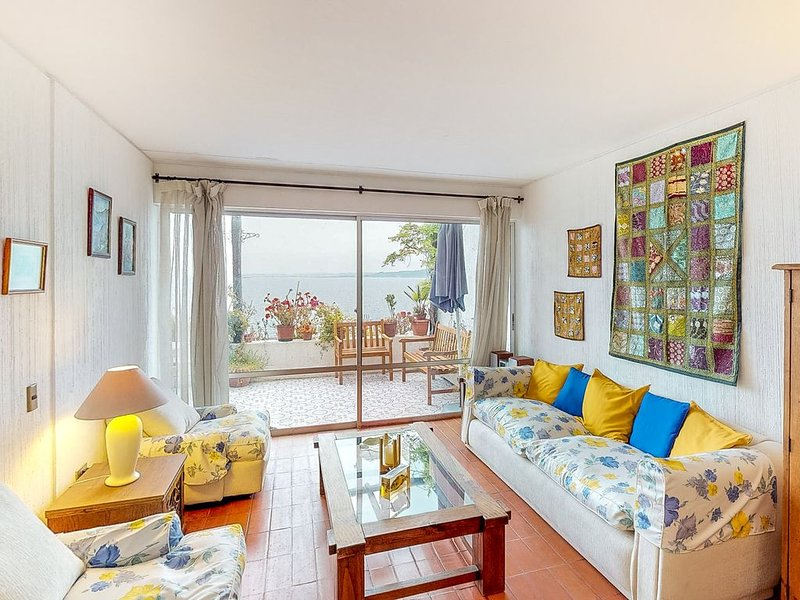 Wonderful oceanfront condo w/furnished balcony overlooking the bay, location de vacances à Concon