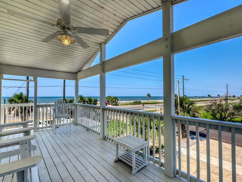 Dog-friendly coastal home w/ a game room and covered patio! – semesterbostad i Mexico Beach