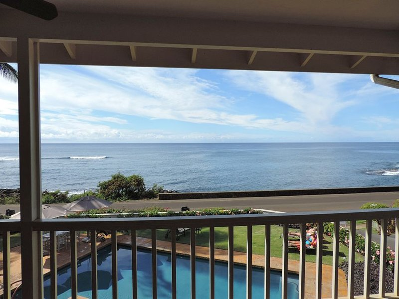 **Oceanfront ** Sunset Views ** Walk to Beach and Shopping ** Air Conditioned **, location de vacances à Koloa