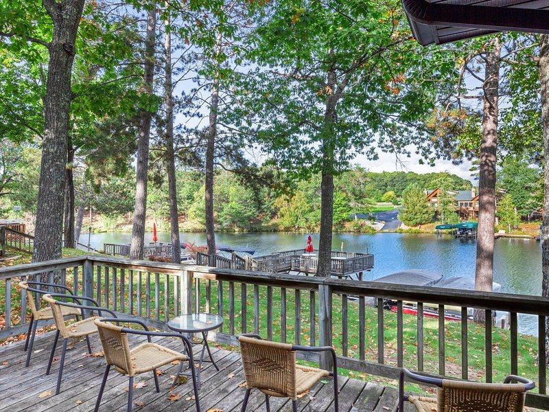 Lakefront, dog-friendly villa w/ shared tennis court, private deck & fireplace!, vacation rental in Eagle River