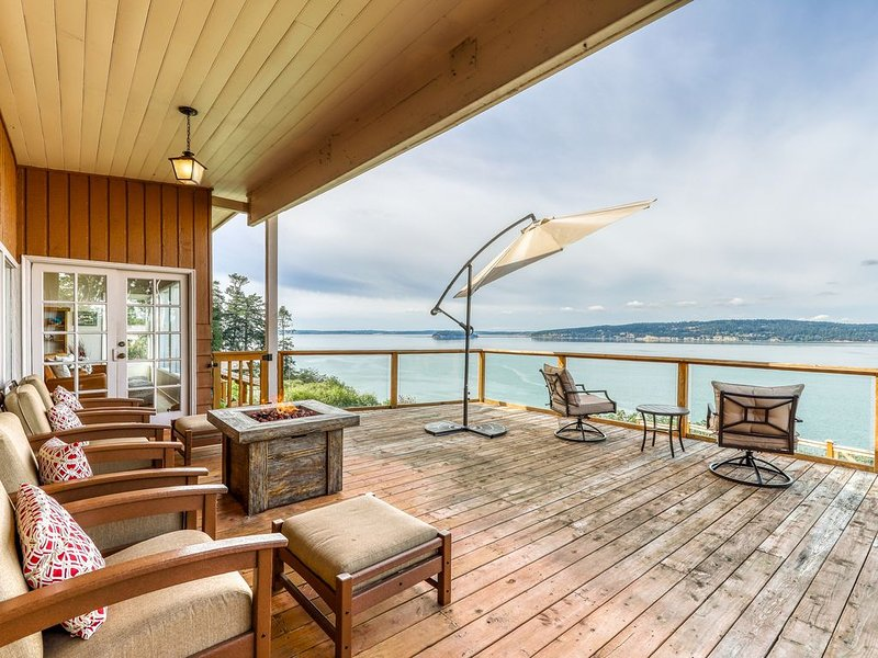 Dog-friendly home with stunning bay views, wood stove & outdoor firepit!, casa vacanza a Stanwood