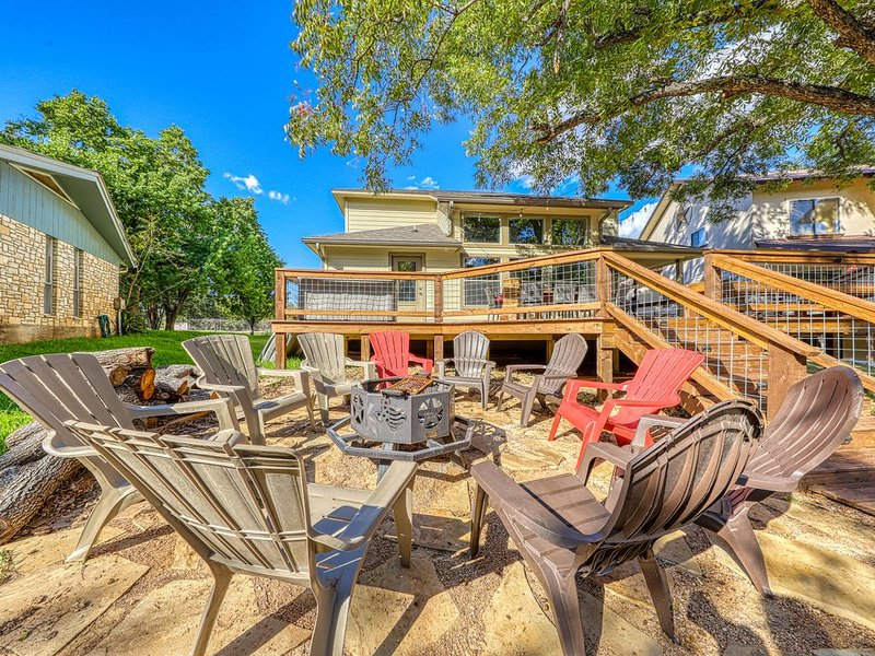 Spacious, riverfront home w/ a firepit & dock - close to all attractions, vacation rental in Buchanan Dam