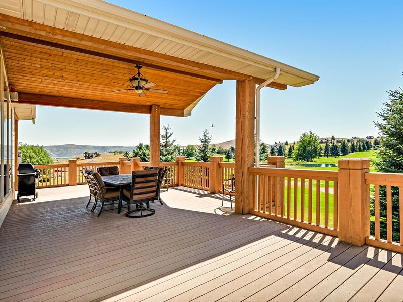 Golf course-adjacent home w/ a full kitchen, Ping-Pong, & a furnished deck, vacation rental in Garden City