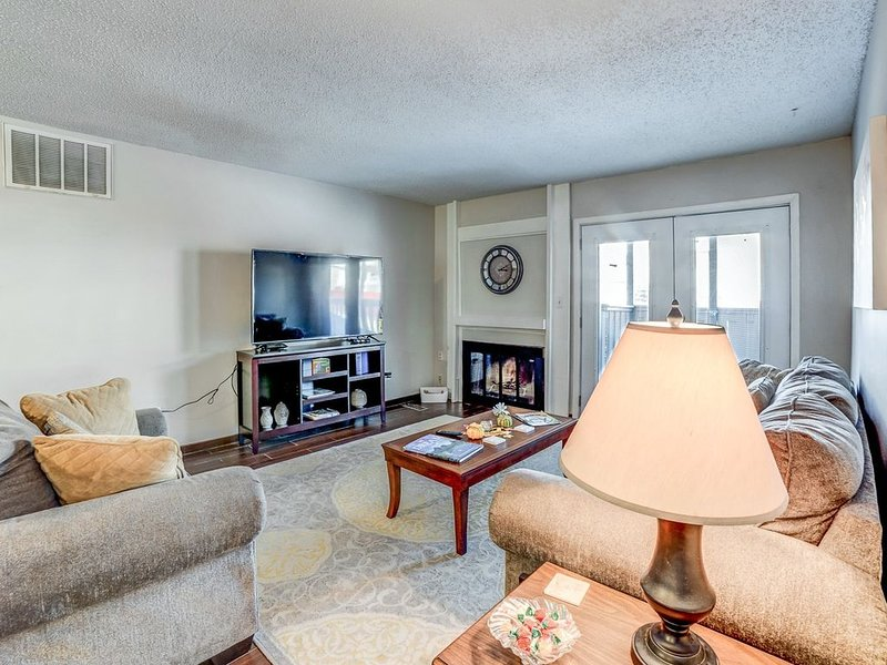 Stay in a classically designed apt near ORU, exercise trails, and restaurants!, alquiler de vacaciones en Tulsa