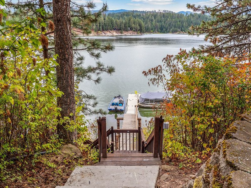 Secluded lake view home w/ access to a shared dock & beach!, holiday rental in Hayden Lake