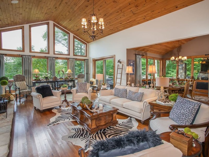 Luxury Mtn Home in Linville Ridge, 4BR Suites, Views, Hot Tub, Near Slopes of Su, vacation rental in Linville