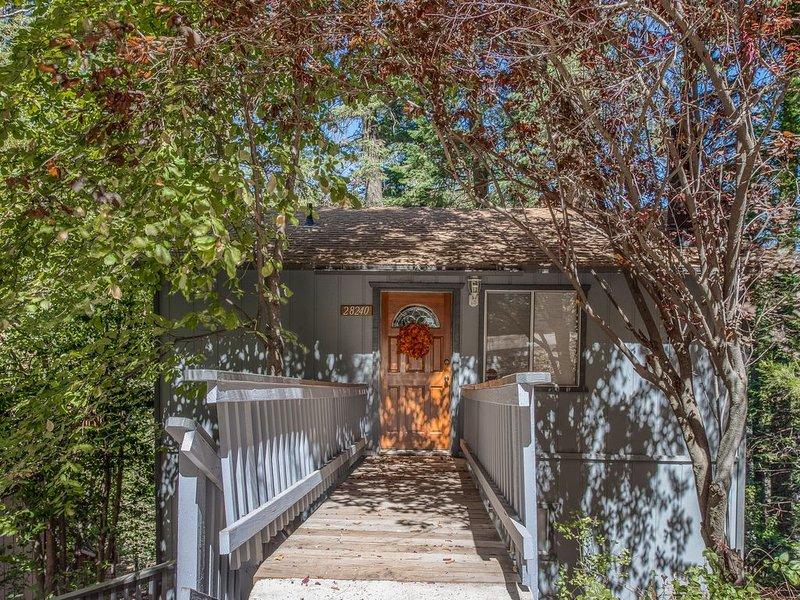 Hillside Retreat w/ a Gas Fireplace, Full Kitchen, & Furnished Deck, alquiler de vacaciones en Skyforest