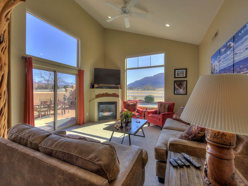 Amazing Views, 2 King Beds, Pool (seasonal) & Hot tub., vacation rental in Moab
