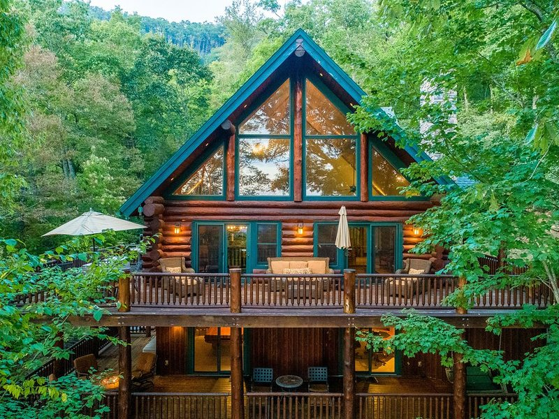 Rustic & comfy log home with hot tub, pool table and unbeatable mountain views!, casa vacanza a Sylva