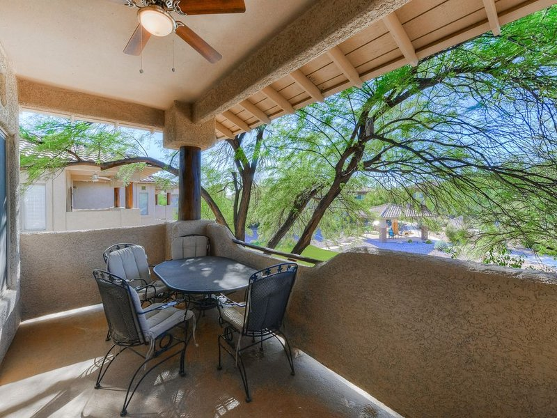Charming home w/ shared pool, hot tub, and close to hiking. Dogs OK!, location de vacances à Oro Valley