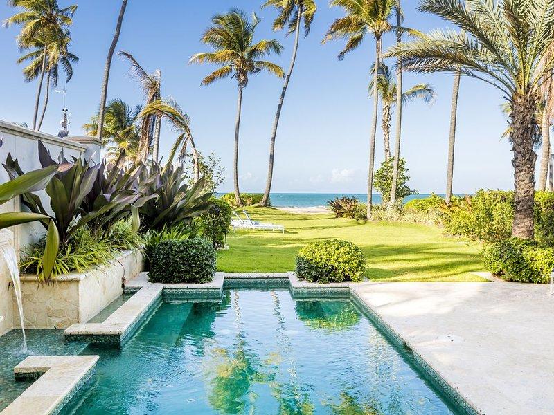 Villa Las Olas | Luxury Beachfront 4 bedroom town-house with private pool, alquiler vacacional en Canovanas
