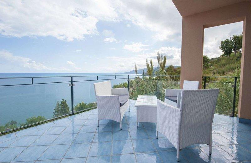 Appartamento duplex con favolosa vista mare in residence con piscina infinity, Ferienwohnung in Cefalu