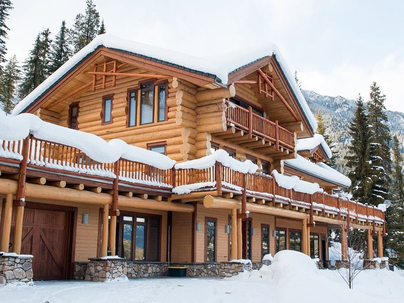 Ski and golf in luxurious family property, location de vacances à Panorama