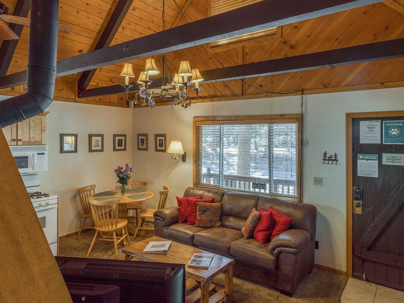 Quiet mountain cabin with a private hot tub, steps away from the national forest, alquiler de vacaciones en Big Bear City