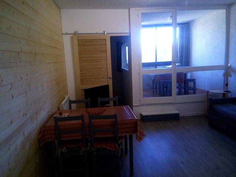 Grand studio 4 places Pra Loup 1500 entièrement rénové, proche des remontées, holiday rental in Uvernet-Fours