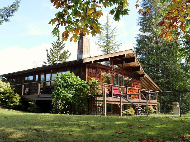 Relax and revive on 40 acres of privacy on the Dove Creek., location de vacances à Comox Valley