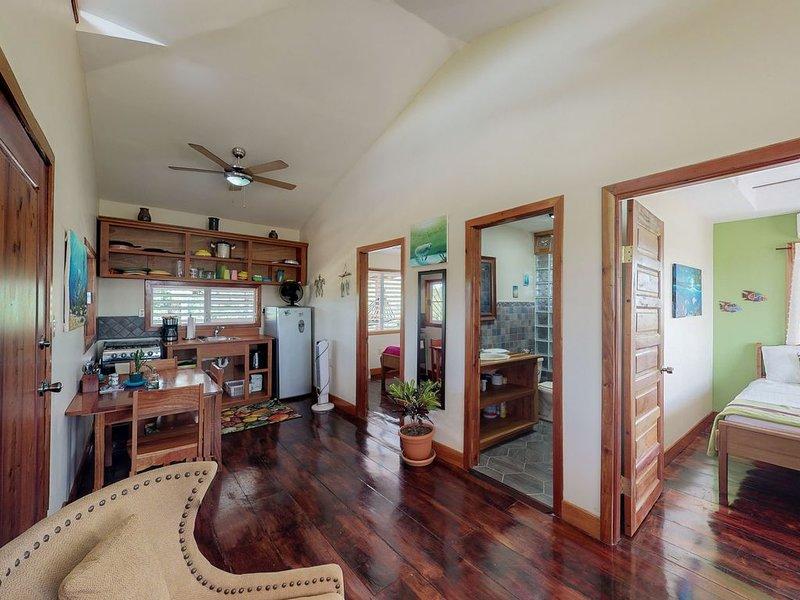 Charming cabana w/balcony, hammocks, WiFi, AC & shared BBQ - walk to beach clubs, holiday rental in Hopkins