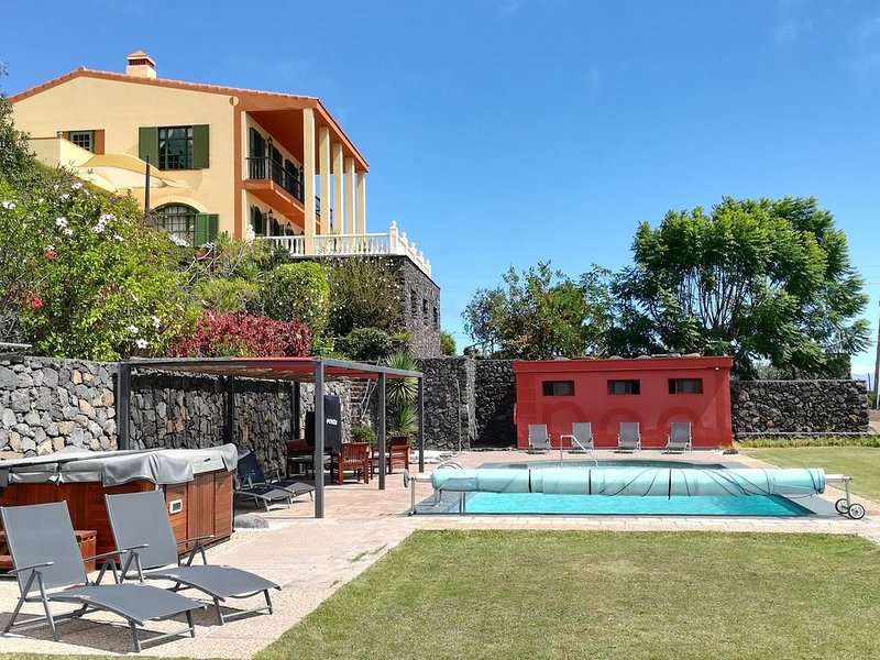 Strelitzia House: villa con piscina, spa, barbacoa, jardines e increíbles vistas, vacation rental in Bajamar