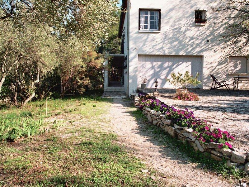 Appartement 2 pièces avec grand jardin privatif d´une villa au calme à NIMES, holiday rental in Caveirac