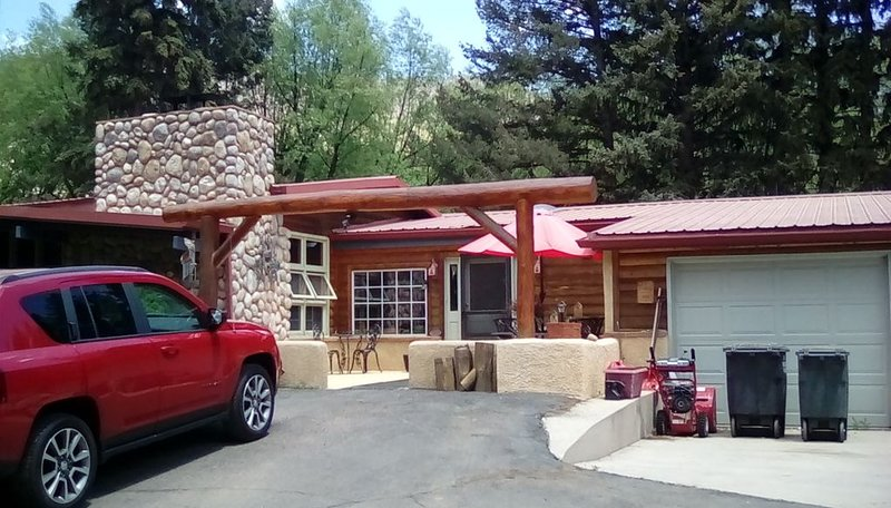 The Cascade Room is a cozy creekside accommodation at the base of Pikes Peak., aluguéis de temporada em Cascade