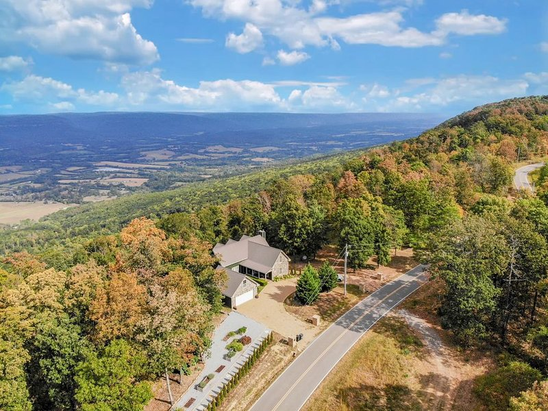 Modern Mountain Escape : Stunning Views and 20 minutes from downtown Chattanooga, holiday rental in Dunlap