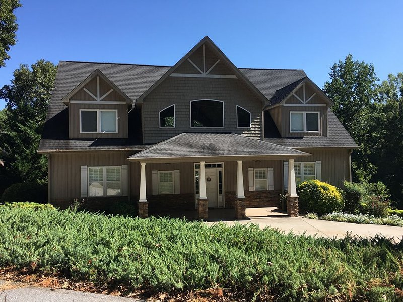 Lake Keowee Waterfront Home 15 miles from Clemson!, holiday rental in West Union