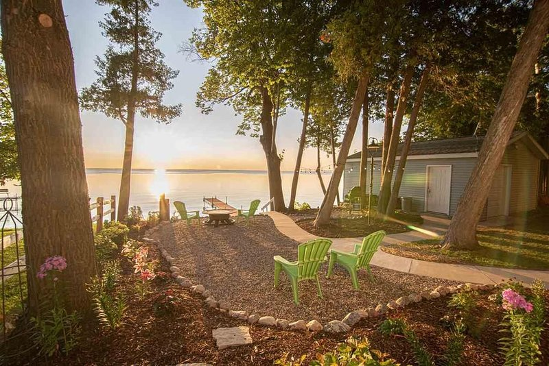 Picturesque Door County Waterfront Cottage!  Swim, Play, Relax...Have It All!, location de vacances à Brussels