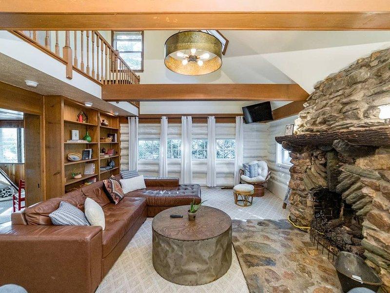 Peaceful LAKEFRONT Log Cabin Close to it All, aluguéis de temporada em Monroe