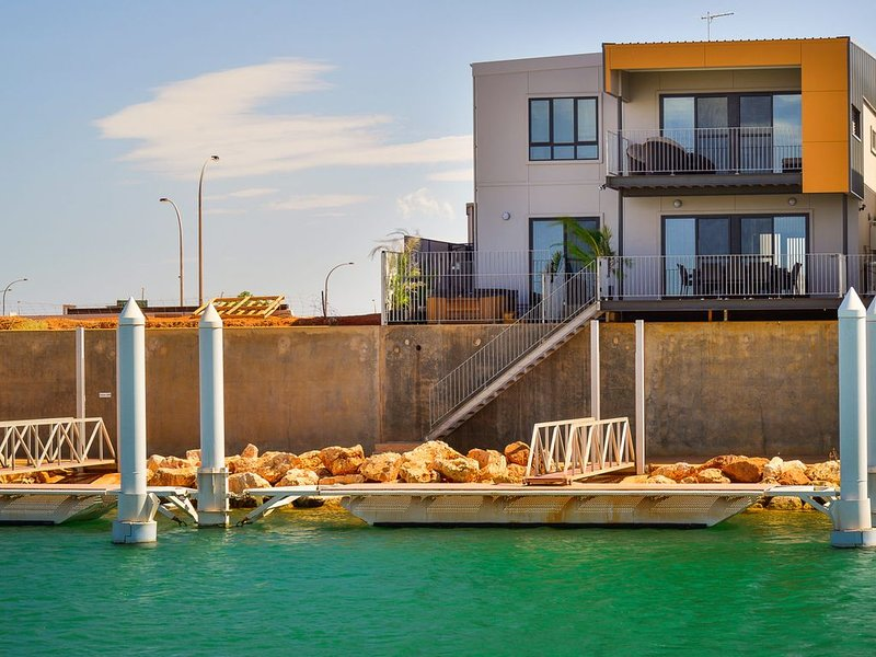 Tremendous Marina Home with a Private Jetty and a Spa, holiday rental in Exmouth