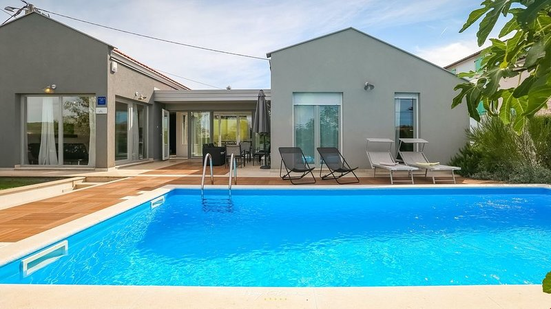 Lovely contemporary villa with pool near Porec, location de vacances à Varvari