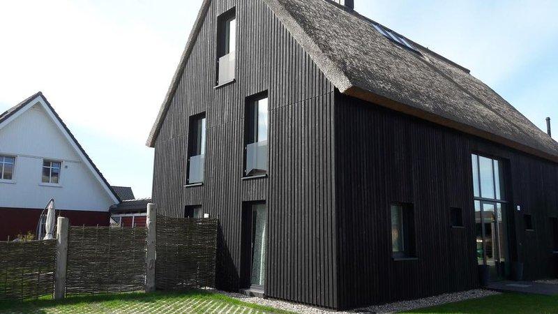 Niege Sch??n - geraeumiges reetgedecktes FH, 3 Etagen, 12 Per., Terrasse, Garten, vacation rental in Born