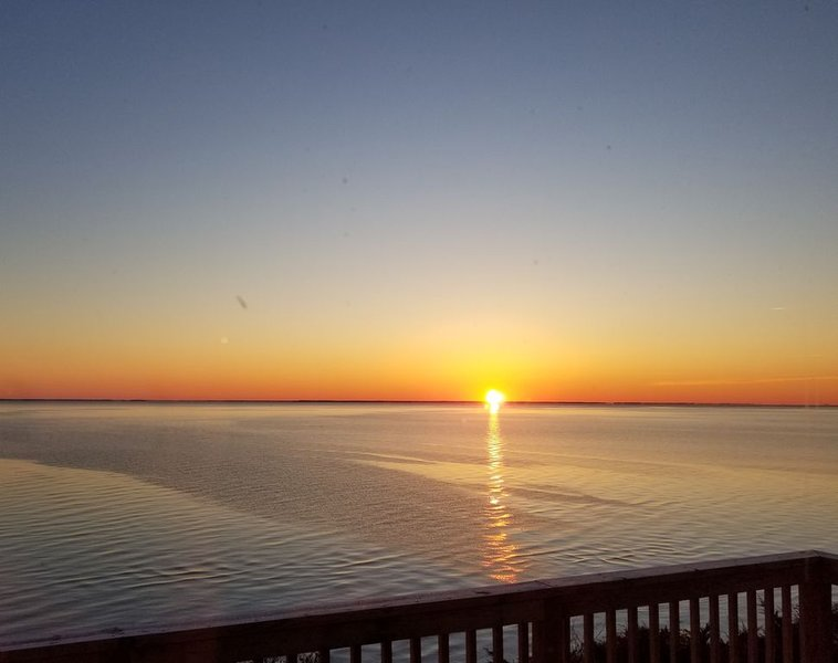 Stunning Views from Waterfront Log Cabin With Fireplace On The Chesapeake Bay, alquiler vacacional en Broomes Island