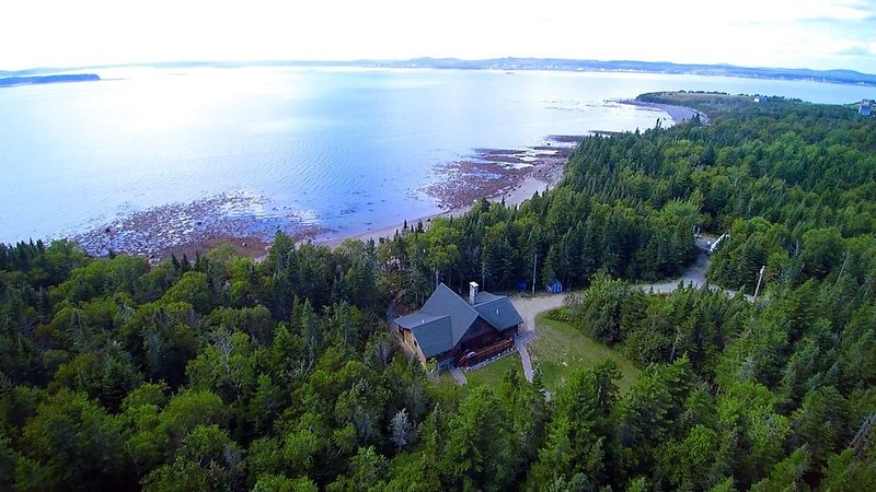 Bear Beach Maine! Oceanfront Log Cabin, Secluded Sandy Beach, Sunsets & Sauna, alquiler de vacaciones en East Machias
