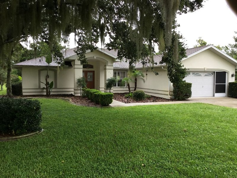 Beautiful pool home in a nice neighborhood no rear neighbors, holiday rental in Spring Hill