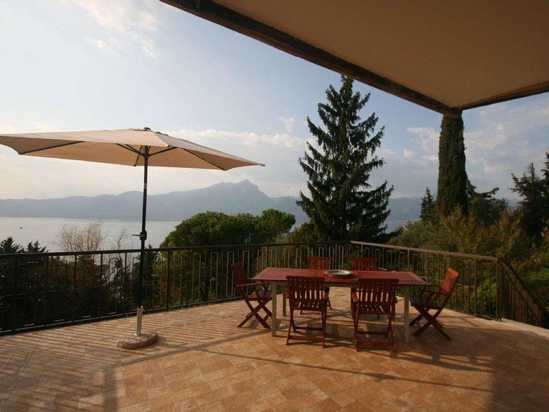 Villa:16posti letto, piscina, giardino, due gran terrazze, vista indimenticabile, vacation rental in Torri del Benaco