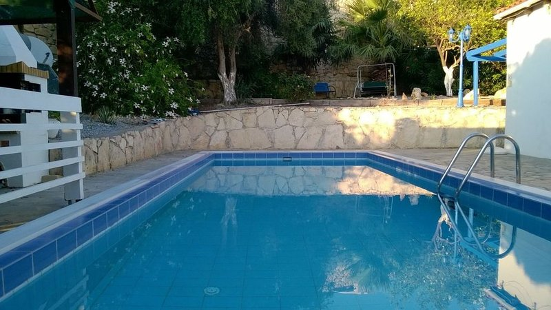 Air-Conditioned Villa with Private Pool and Gardens Solely for the use of Guests, location de vacances à Asteri