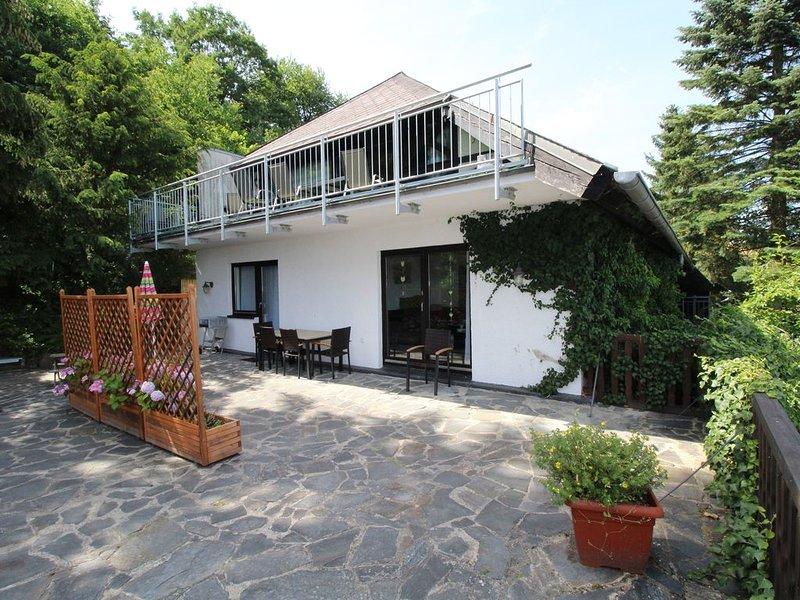 Großzügige und komfortabel ausgestattete 4-Sterne Wohnung für bis zu 5 Persone, holiday rental in Oberscheidweiler