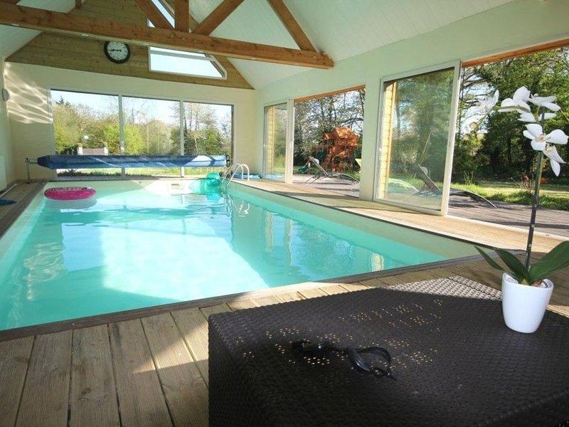 Grande villa familiale **** avec piscine d'intérieur proche Deauville, casa vacanza a Bourgeauville