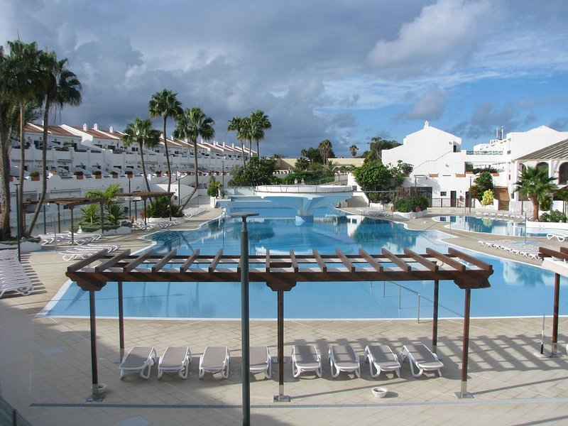 Bel appartement dans résidence proche océan avec possibilité location voiture, holiday rental in Costa del Silencio