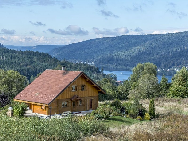 Chalet 15p sauna 8p  grand terrain vue lac Homecinema, 200m pistes 5'centre WIFI, holiday rental in Gerardmer