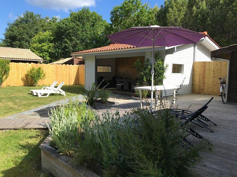 Proche Soulac/mer chalet 8 pers, piscine couverte, chauffée à 28° jacuzzi 5 pl, casa vacanza a Grayan-Et-L'Hopital