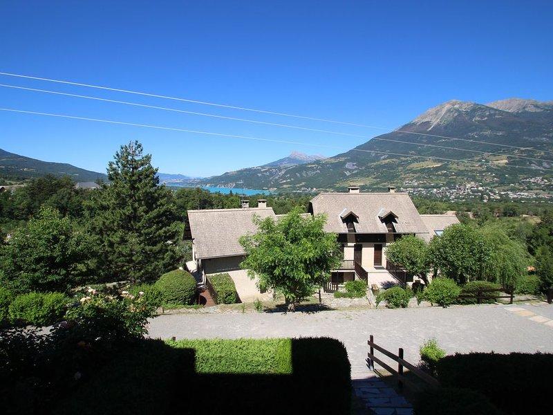 T2 - 4 couchages Embrun vue imprenable sur Lac et Aiguilles de Chabrieres, holiday rental in Puy-Sanieres