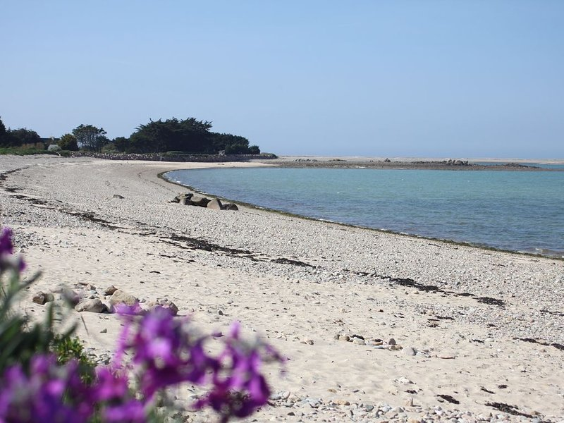 Maison vue mer, spa (bain tourbillonnant), accès plage au bout du jardin!, casa vacanza a Pleubian