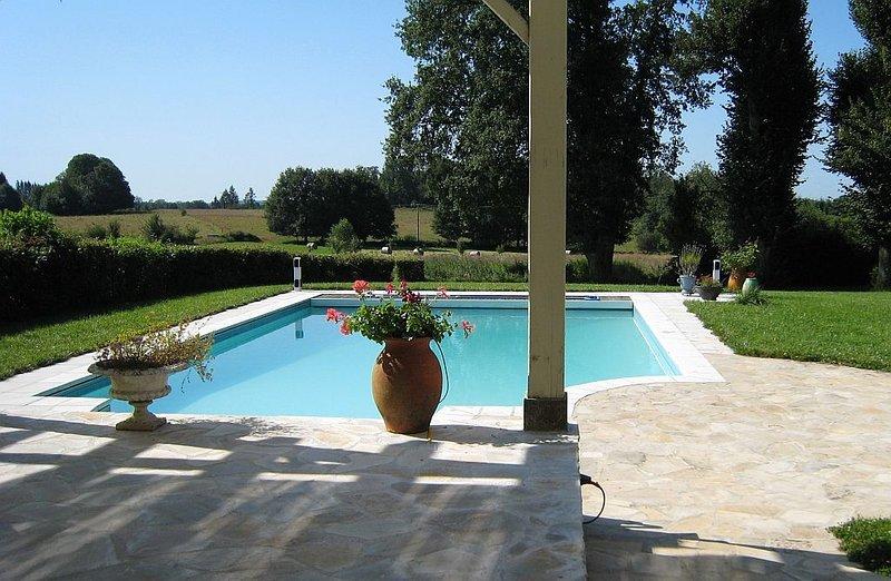 Maison ancienne  - Piscine Bio Chauffée Solaire, location de vacances à Saint-Leonard-de-Noblat