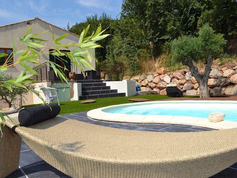 Charmante maison avec piscine privée dans un village médiéval, aluguéis de temporada em Ceilhes-et-Rocozels
