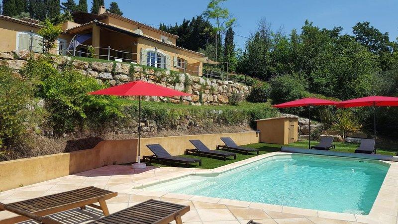 Grande Villa piscine chauffée vue magnifique sur village provençal et Esterel, location de vacances à Montauroux