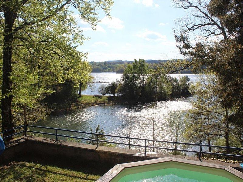 Beau chalet spacieux et fonctionnel en pleine nature, piscine, calme, lac, pêche, location de vacances à Bessonies