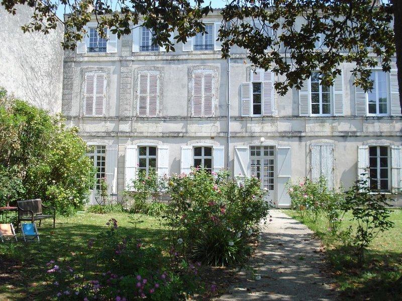 Appartement au rdc d'un hôtel particulier. Parking. Hyper centre de la Rochelle, alquiler vacacional en La Rochelle