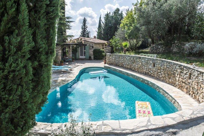 Belle demeure en pierres dans oliveraie, calme absolu, vue panoramique, aluguéis de temporada em Chateaudouble