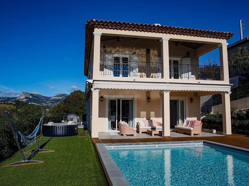 Modern luxurious villa, with  private swimming pool and hot tub., holiday rental in La Gaude